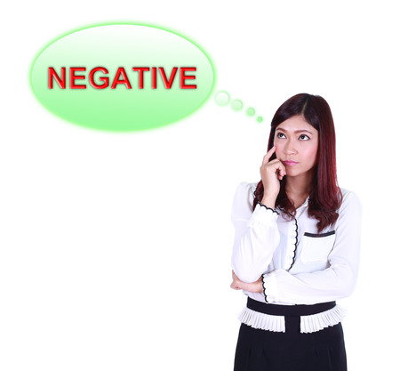 negative thinking: Femme d'affaires de penser � n�gative la pens�e isol� sur fond blanc