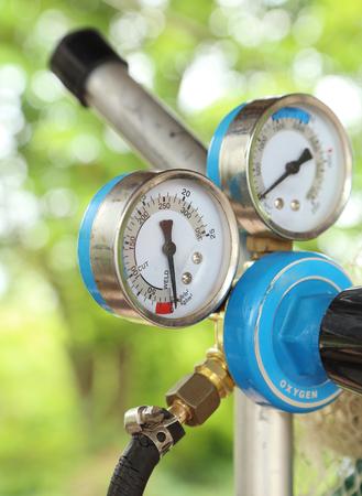 gas cylinder: soldadura medidor de presi�n del cilindro de gas con dos Foto de archivo