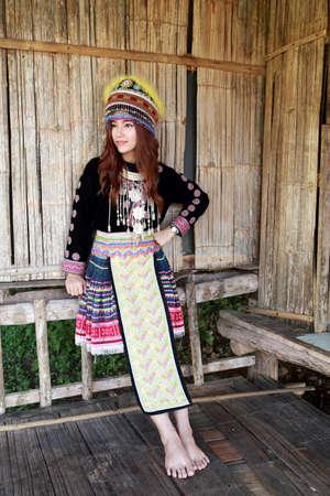 tribu: Mhong mujer tribu de la colina tradicionalmente vestida en la caba�a de madera Foto de archivo