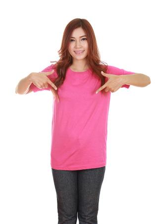 camisa: joven y bella mujer en blanco camiseta rosada aislada en el fondo blanco Foto de archivo