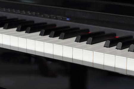 klavier: Nahaufnahme der Klaviertasten von schwarzem Klavier Lizenzfreie Bilder