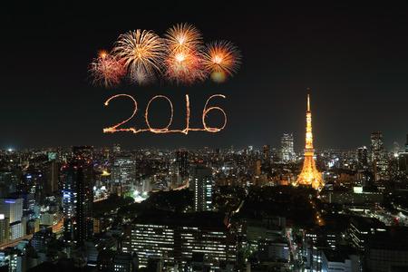 fuegos artificiales: 2016 A�o Nuevo Fuegos artificiales celebrando sobre paisaje urbano de Tokio en la noche, Jap�n Foto de archivo