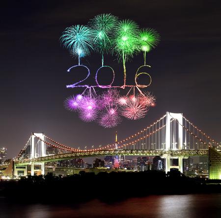 arco iris: 2016 A�o Nuevo Fuegos artificiales que celebran sobre Tokio Rainbow Bridge en la noche, Odaiba, Jap�n