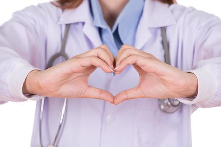 seguridad e higiene: ckise plano de mujer médico haciendo un corazón con sus manos