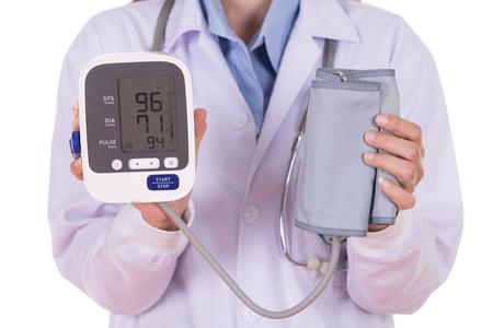 primer plano hogar monitor de ritmo y la presión arterial con el médico femenino aislado sobre fondo blanco Foto de archivo