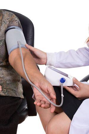 ヘルスケア: 年配の女性の血圧測定女医のクローズ アップ