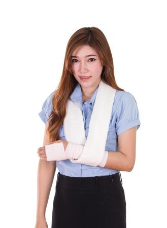 splint: mujer con un brazo lesionado envuelta en una venda elástica aislados sobre fondo blanco