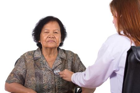 pacjent: Lekarz słuchania starszych serce pacjenta na białym tle