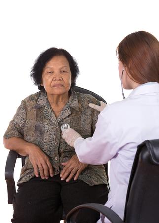 pacientes: médico escuchar el corazón del paciente anciano aislado en fondo blanco