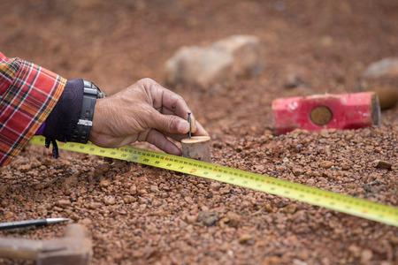 Bauarbeiter arbeiten mit Maßband, Hammer und Nagel Standard-Bild