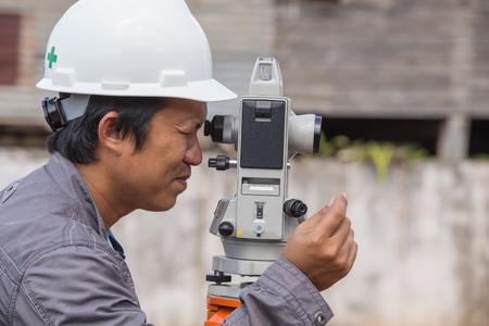 teodolito: Los ingenieros utilizan taquímetro o teodolito para las columnas de línea de encuesta para la construcción de edificios
