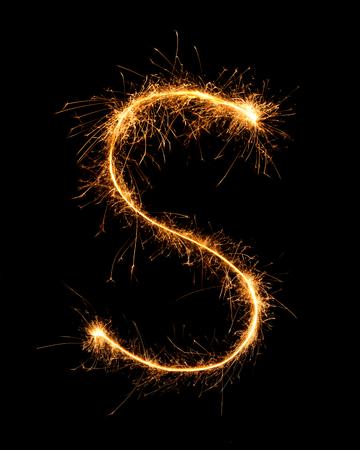 lettre alphabet: Sparkler feu d'artifice lumière alphabet S au fond de nuit Banque d'images
