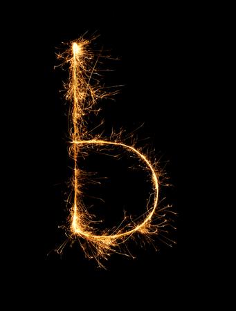 lettre alphabet: Sparkler feu d'artifice alphabet de lumi�re b (petites lettres) au fond de nuit
