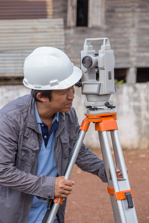 teodolito: Engineers use tacheometer or theodolite for survey line columns for the construction of buildings