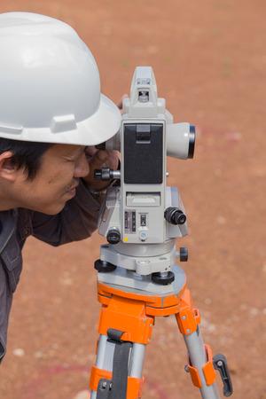teodolito: Los ingenieros utilizan taqu�metro o teodolito para las columnas de l�nea de encuesta para la construcci�n de edificios