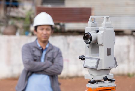 teodolito: taquímetro del equipo del topógrafo o teodolito al aire libre con el ingeniero