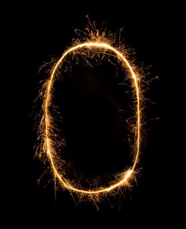 letras de oro: 0.Digit CERO hechos de bengalas de fuegos artificiales en el fondo de la noche