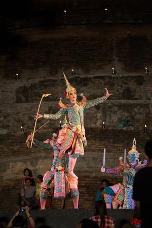 pantomima: Sukhothai, Tailandia-25 de noviembre: Demostraci�n de la pantomima en Festival de Loy Kratong al parque hist�rico de Sukhothai en noviembre 25,2015 en Sukhothai, Tailandia