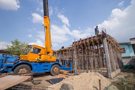 ナコーン ラチャシーマー-12 月 24: 2015 年 12 月 24 日ナコン ラチャシマ, タイで家を建てるに移動式クレーン付けワーカー鋳造スラブ