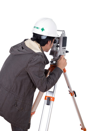 teodolito: engineer working with survey equipment theodolite on a tripod. Isolated on white background Foto de archivo