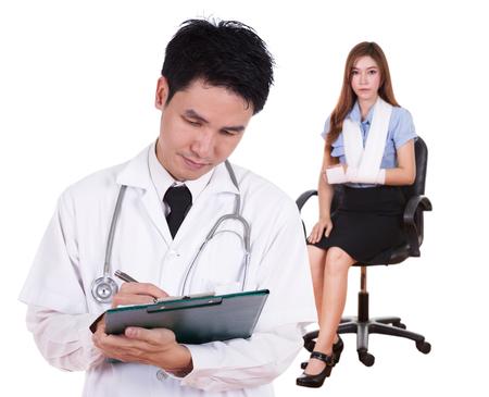 accidente trabajo: m�dico escribiendo informe m�dico con la mujer da�ada blanco brazo Foto de archivo