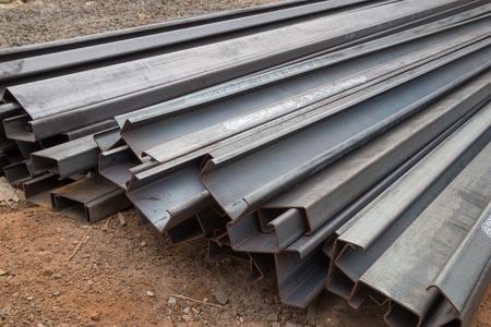 materiales de construccion: canal de acero (acero C de Chanel) en el sitio de construcción Foto de archivo