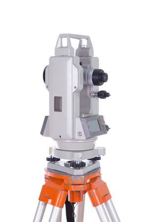 teodolito: Survey equipment theodolite on a tripod. Isolated on white background