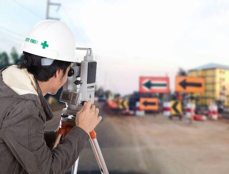 teodolito: Los ingenieros utilizan taqu�metro o teodolito con la carretera de obras de construcci�n de fondo