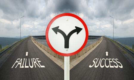 vork kruising verkeersbord met kruispunten spliting op twee manieren, kies falen of succes weg op de juiste manier Stockfoto