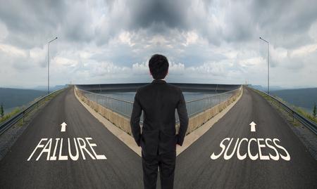 hombre de negocios tiene que decidir entre dos vías diferentes, elegir Fallo o camino del éxito de la manera correcta Foto de archivo