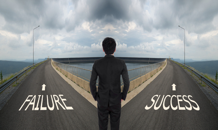 uomo d'affari deve decidere tra due modi diversi, scegliere Fallimento o strada successo il modo corretto Archivio Fotografico