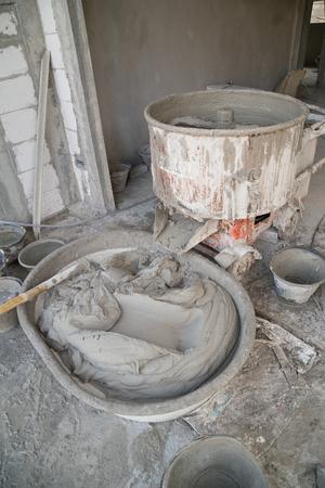 vieux mélangeur de béton de ciment au chantier de construction