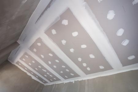 plaque de plâtre au plafond de la maison au chantier de construction Banque d'images