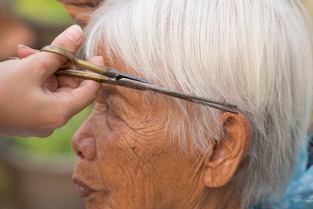 estilista: corte de pelo gris de la mujer mayor estilista