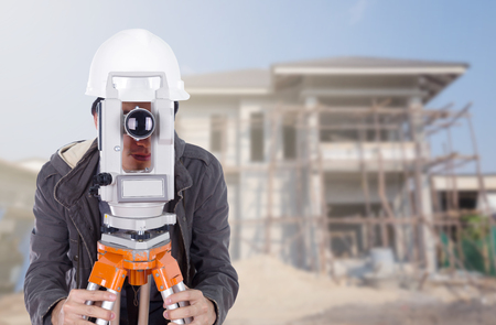 teodolito: Los ingenieros utilizan taqu�metro o teodolito con el fondo de obra de construcci�n