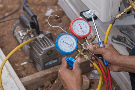 fixer: vacuum pump evacuates air from the air conditioner (installation new air conditioner) Stock Photo