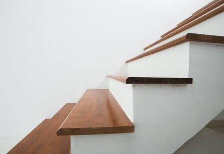 cerró con un alza de escaleras de madera en el hogar