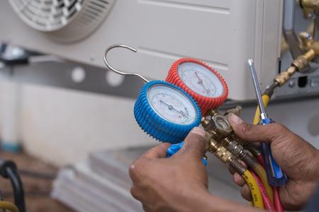 vacuum pump evacuates air from the air conditioner (installation new air conditioner) Standard-Bild