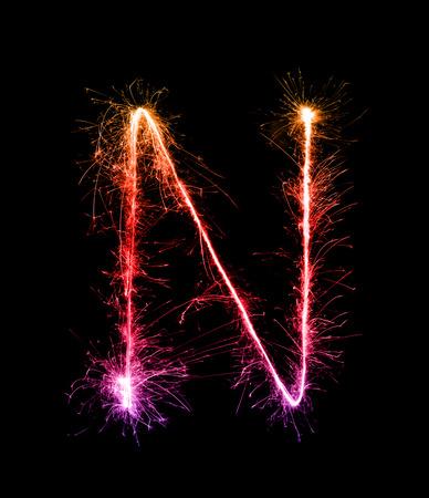 Brylant fajerwerk lekki alfabet N (wielkimi literami) na tle nocy