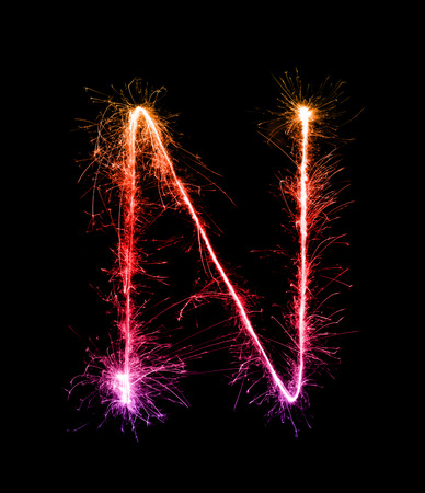 Wunderkerze Feuerwerk Licht Alphabet N (Großbuchstaben) in der Nacht Hintergrund