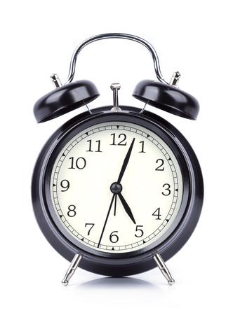 Vijf O'klok op wekker op witte achtergrond wordt geïsoleerd die