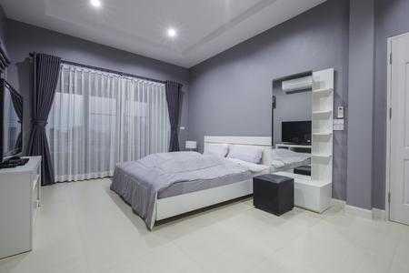Interior del dormitorio moderno en casa Foto de archivo - 77827811