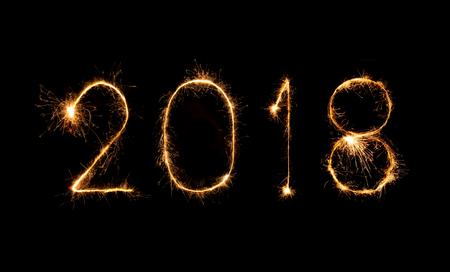 Felice anno nuovo 2018 scritto con fuoco d'artificio Sparkle durante la notte Archivio Fotografico - 86325904