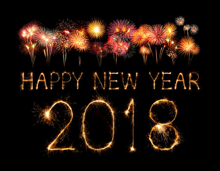 Feliz año nuevo 2018 escrito con fuegos artificiales Sparkle en la noche Foto de archivo - 86520757