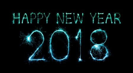 Gelukkig nieuwjaar 2018 geschreven met Sparkle vuurwerk 's nachts