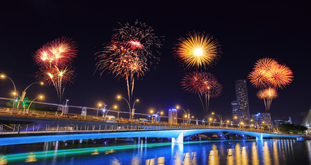 beautiful firework over Jubilee bridge, Singapore 版權商用圖片 - 90250717