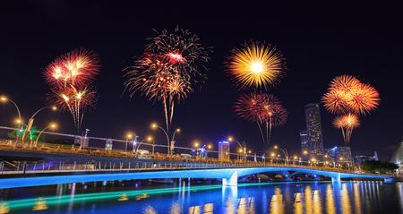 Mooi vuurwerk over Jubilee-brug, Singapore Stockfoto - 90250717