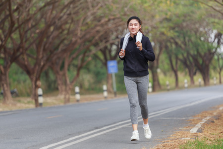 beautiful fitness woman running in the park 免版税图像 - 97610420