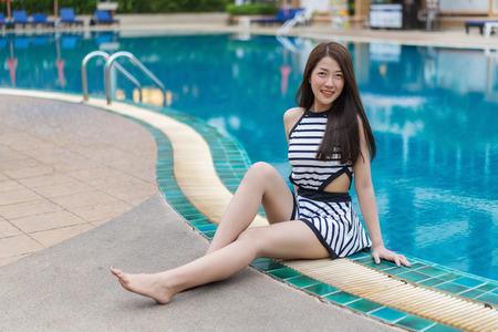 Porträt der jungen Frau im Schwimmbad