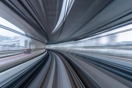 bewegende bewegingsonscherpte van trein die op tunnel in Tokyo, Japan rijdt